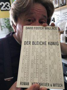 Thomas H. Schiffmacher hält das Buch von David Foster Wallace | DER BLEICHE KÖNIG